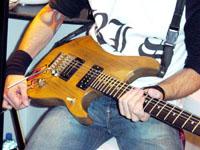 Shanka joue sur Washburn N4, le modèle Signature de Nuno Bettencourt.