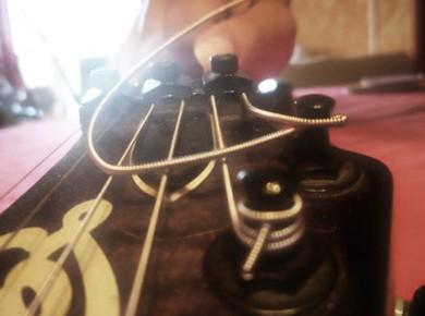 Petit guide sur le montage des cordes d'une guitare électrique