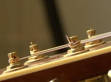 Comment changer les cordes d'une guitare acoustique ?