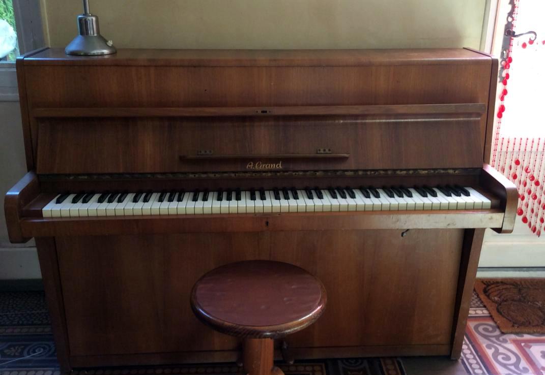 piano droit de marque a grand en bois champagne ardenne audiofanzine. Black Bedroom Furniture Sets. Home Design Ideas