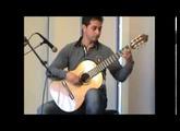 Philippe Mariotti essaie une guitare ergonomique Evolutiomusic