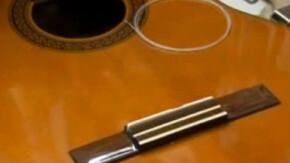 Comment changer les cordes d'une guitare classique ?