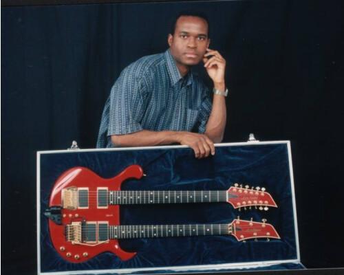 Je suis guitariste et je recherche une chanteuse Motivée !