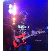 Thibault Abrial donne cours guitare en présentiel sur Paris et aussi en distanciel par Skype,WhatsApp...