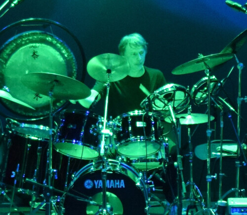 Batteur de grande expérience de rock progressif cherche groupe ou instrumentistes divers et variés.