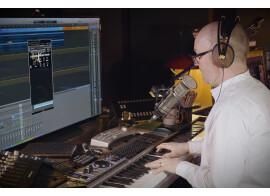 Christian Henson vous met la tête dans un piano